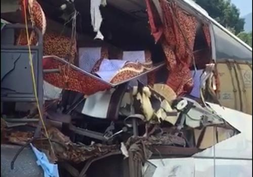 Phần đầu xe khách bị hư hỏng nặng. Ảnh: N.R.