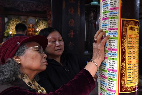Người dân đến dâng sao giải hạn tại chùa Phúc Khánh. Ảnh: Ngọc Thành.