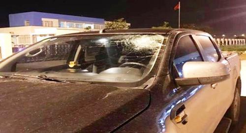 Kính chắn gió xe ô tô của ông Đinh Văn Tường bị rạn nứt do trúng chai nước locj của Lã Đắc Hùng ném từ trên cầu vượt xuống đường cao tốc Hà Nội- Hải Phòng. Ảnh: Công an Hải Phòng
