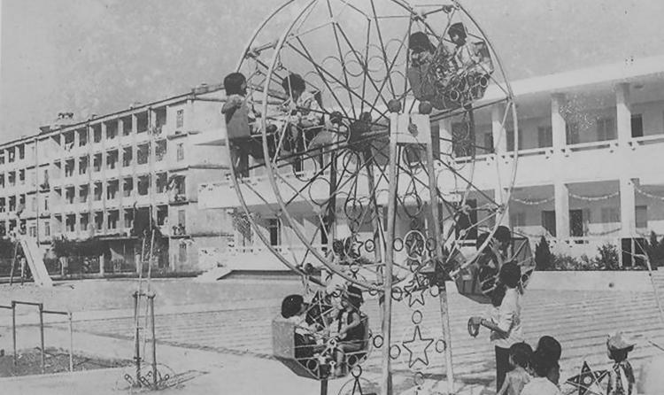 Học sinh trường mẫu giáo Việt - Triều hữu nghị chơi ở sân trường trong những ngày đầu thành lập. Ảnh tư liệu
