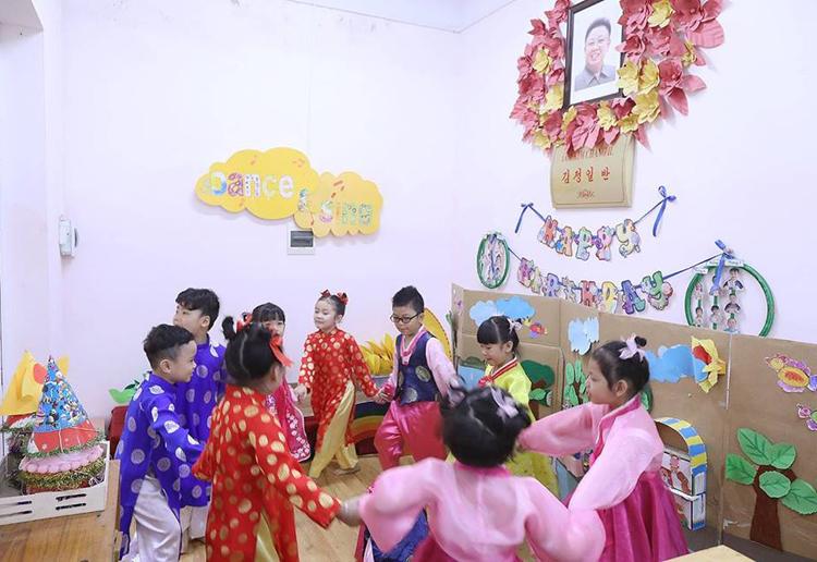 Học sinh chơi tronglớp Kim Chang-il (Kim Jong-il) sáng 20/2. Ảnh: Ngọc Thành