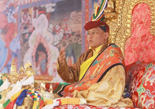 Đức Gyalwang Drukpa ngự trên đàn pháp đọc kinh và nói chuyện cùng phật tử. Ảnh: Tất Định