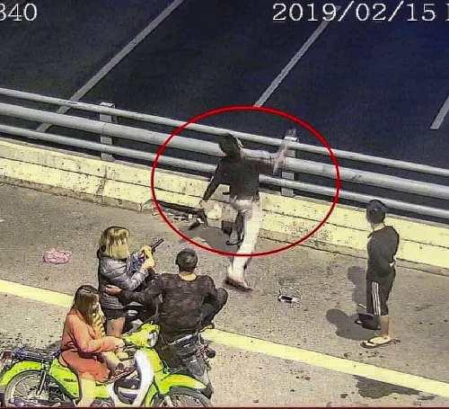 Hành vi ném chai nước lọc xuống đường cao tốc HàNội- Hải Phòng của Lã Đắc Hùng đã được camera an ninh của Ban quản lý lắp đặt trên cầu vượt ghi lại toàn bộ.