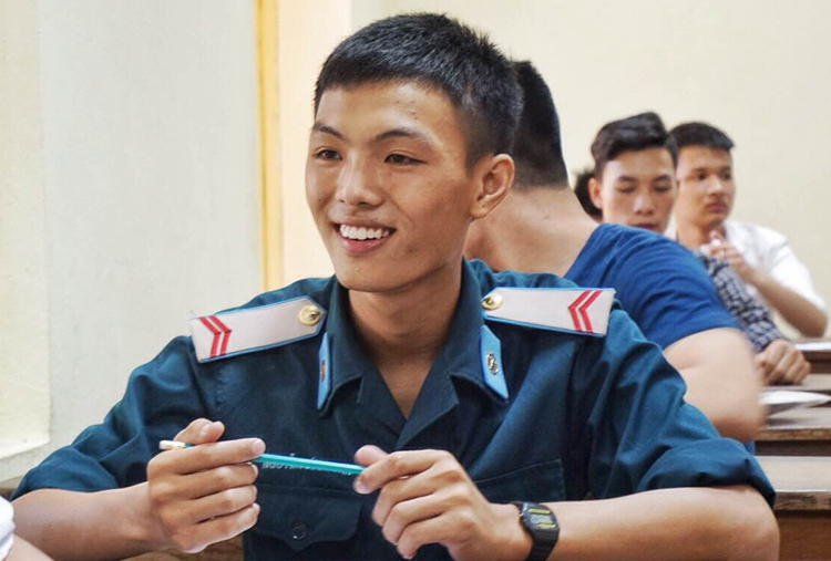 Thí sinh là quân nhân thi THPT quốc gia năm 2015. Ảnh:Giang Huy