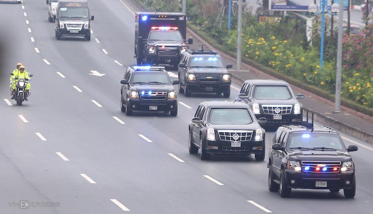 Đoàn xe phục vụ Tổng thống Mỹ được dẫn từ Nội Bài về trung tâm Hà Nội. Ảnh: Phạm Dự