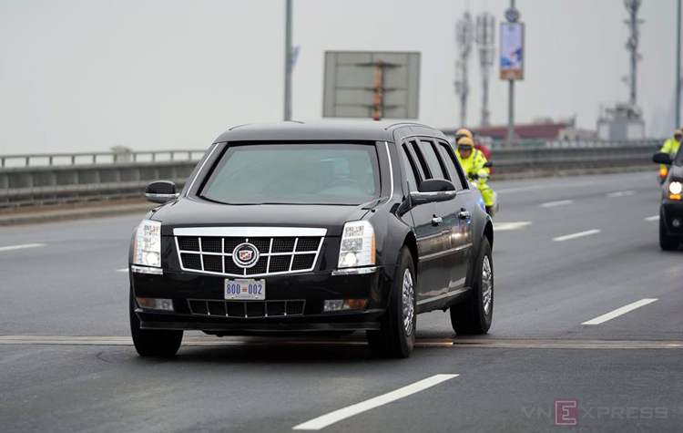 Chiếc Cadillac One trong đoàn xe phục vụ Tổng thống Mỹ được dẫn từ Nội Bài về trung tâm Hà Nội.
