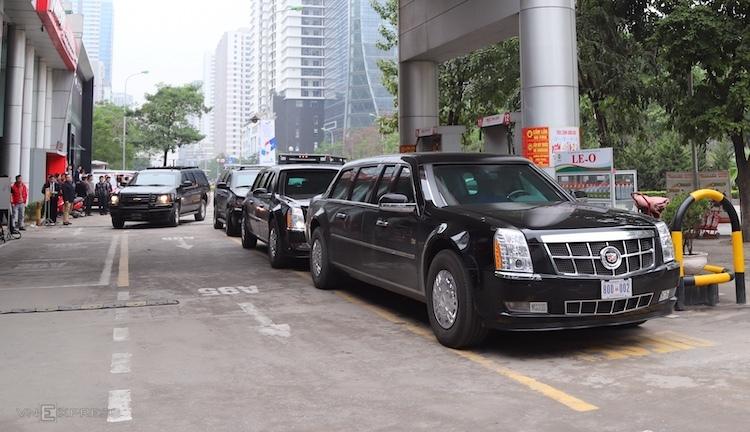 Đoàn xe của Tổng thống Mỹ đổ xăng tại cây xăng trên đường Lê Văn Lương. Ảnh: Gia Chính