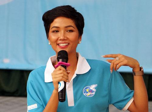 Hoa hậu Hoàn vũ Việt Nam HHen Niê chia sẻ với học sinh trường Ernst Thälmann. Ảnh: Mạnh Tùng.