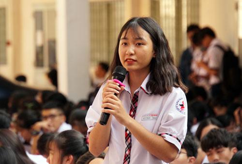 Nữ sinh Bảo Trân đặt thắc mắc về xử lý bạo lực học đường. Ảnh: Mạnh Tùng.