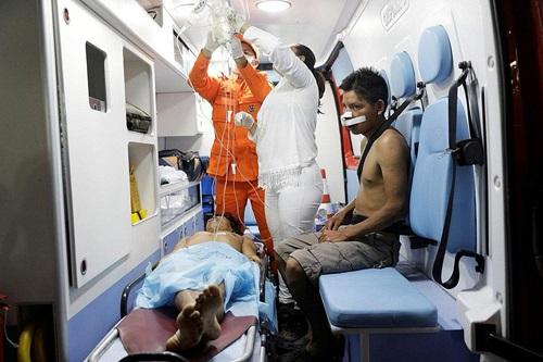 Người bị thương được đưa đi cấp cứu sau vụ đụng độ với binh sĩ ở làng Kumarakapay hôm 22/2. Ảnh: Reuters.