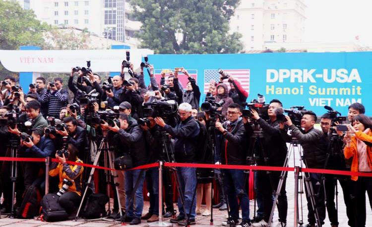 Các phóng viên trong, ngoài nước tác nghiệp tại lễ khánh thành trung tâm báo chí. Ảnh: Võ Hải.