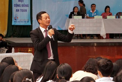 Ông Nguyễn Văn Tính giải thích quy định của Bộ luật Hình sự cho học sinh. Ảnh: Mạnh Tùng.