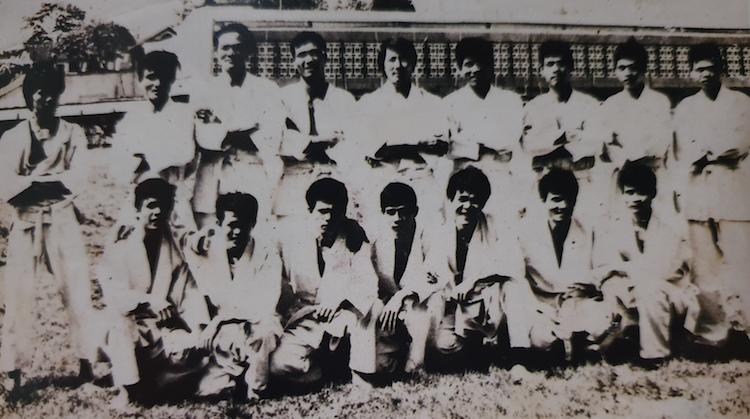 Võ sư Lê Ngọc Minh (đứng, thứ 5 từ trái qua) huấn luyện võ thuật chiến đấu cho các chiến sĩ quân đội nhân dân Việt Nam tại Hoàng Diệu, Hà Nội. Ảnh: NVCC