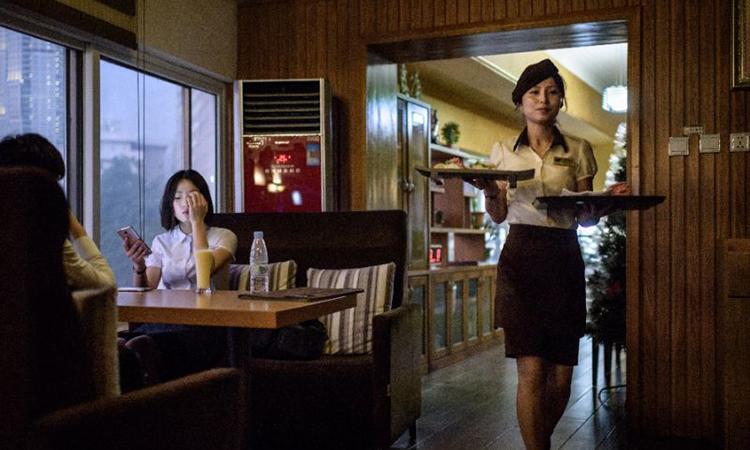 Nữ phục vụ trong quán Green Leaf Coffee tại Bình Nhưỡng. Ảnh: AFP.