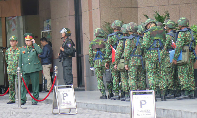 Cảnh sát trật tự dùng xe đặc chủng tuần tra nhiềutuyến phố thuộc quận Hoàn Kiếm, Hai Bà Trưng. Ảnh: Việt Dũng