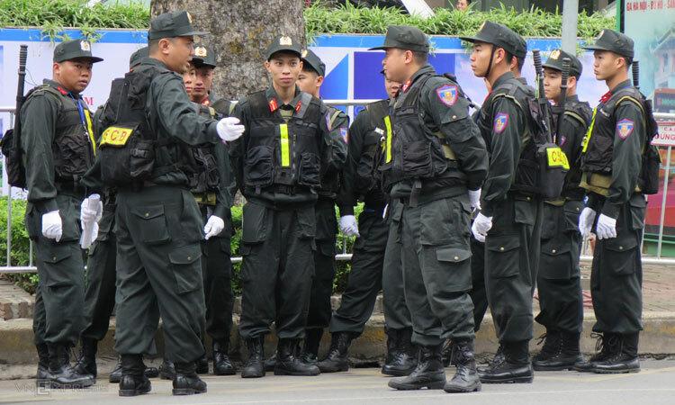 Cảnh sát đặc nhiệm cơ động phân công thành các nhóm quanh phố Lý Thường Kiệt. Ảnh: Việt Dũng.