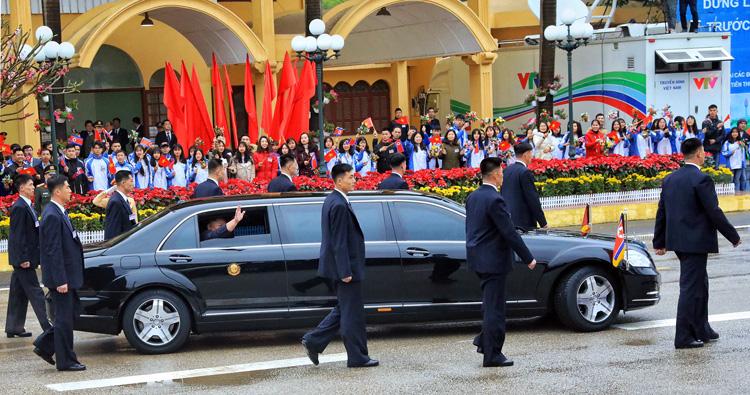 Ông Kim Jong-un hạ kính chào người dân Đồng Đăng, Lạng Sơn trước khi xe lăn bánh về Hà Nội. Ảnh: Hữu Khoa