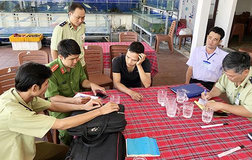 Đoàn liên ngành Khánh Hòa làm việc với nhà hàng bị tố giác chặt chém khách nước ngoài. Ảnh: Xuân Ngọc