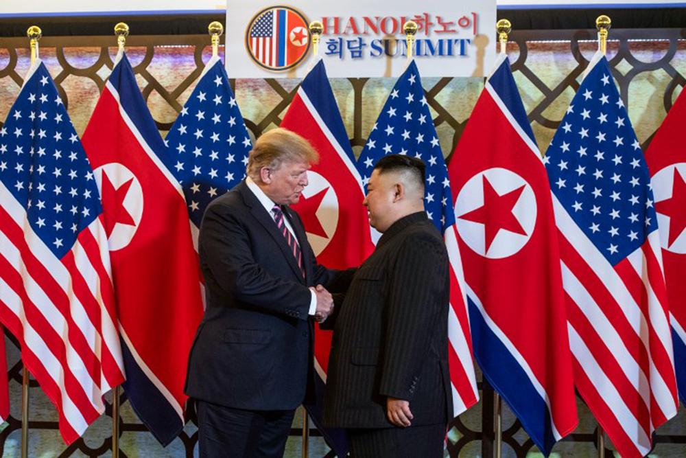 Hai người nhìn thẳng vào nhau, bắt tay, tươi cười, chụp ảnh kỷ niệm. Ông Trump mở lời trước, liên tục vỗ vào người ông Kim để thể hiện sự thân thiện. Lãnh đạo Triều Tiên ban đầu tỏ ra hơi căng thẳng nhưng sau đó tươi cười đáp lại Tổng thống Mỹ.