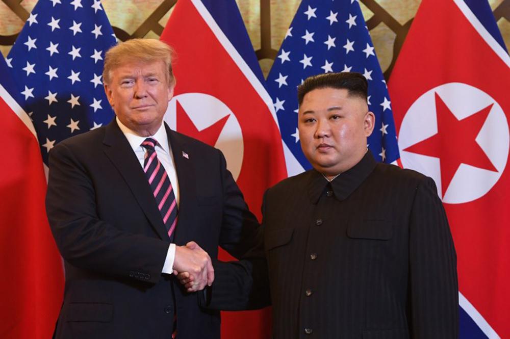 Tổng thống Donald Trump và Chủ tịch Kim Jong-un tối nay có cuộc gặp đầu tiên lúc 18h30 ở khách sạn Metropole, Hà Nội. Cuộc gặp đánh dấu bắt đầu hội nghị thượng đỉnh Mỹ - Triều lần thứ hai về phi hạt nhân hóa bán đảo Triều Tiên.