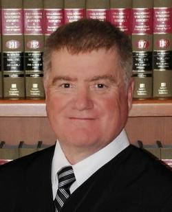 Thẩm phán Michael Bitney.