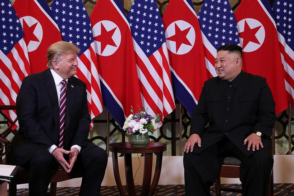 Hai lãnh đạo dành nhiều lời ca ngợi nhau. Chủ tịch Triều Tiên mô tả hội nghị thượng đỉnh này là một quyết định can đảm của Tổng thống Mỹ. Tổng thống Mỹ nói rằng Chủ tịch Triều Tiên là một nhà lãnh đạo tuyệt vời và đất nước của ông có tiềm năng kinh tế to lớn.