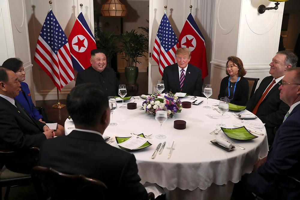 Lãnh đạo Mỹ - Triều trò chuyện khoảng 20 phút sau đó bắt đầu dùng bữa tối cùng các cố vấn. Ngồi cạnh ông Trump là Ngoại trưởng Mike Pompeo và Chánh văn phòng Nhà Trắng John Michael Mulvaney. Bên cạnh ông Kim Jong-un là phó chủ tịch đảng Lao động Triều Tiên Kim Yong-chol và Ngoại trưởng Ri Yong-ho.