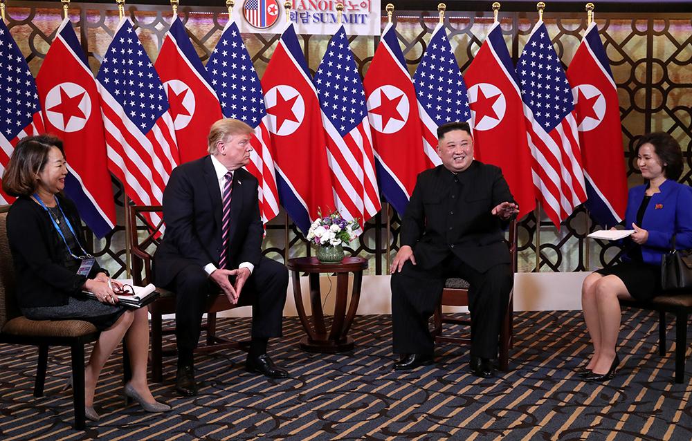 Hai người sau đó ngồi xuống trò chuyện cởi mở dưới sự hỗ trợ của hai nữ phiên dịch viên. Thật vinh hạnh gặp Chủ tịch Kim. Thật vinh hạnh khi gặp nhau ở một quốc gia, đó là Việt Nam, nơi họ trải thảm đỏ và hân hạnh được đón chúng ta, Tổng thống Mỹ nói. Thật tuyệt vời có mặt ở đây cùng ông, chúng ta đã có hội nghị thượng đỉnh đầu tiên thành công. Một số người muốn đẩy nhanh hơn nhưng tôi cảm thấy hài lòng. Ông cũng hài lòng.