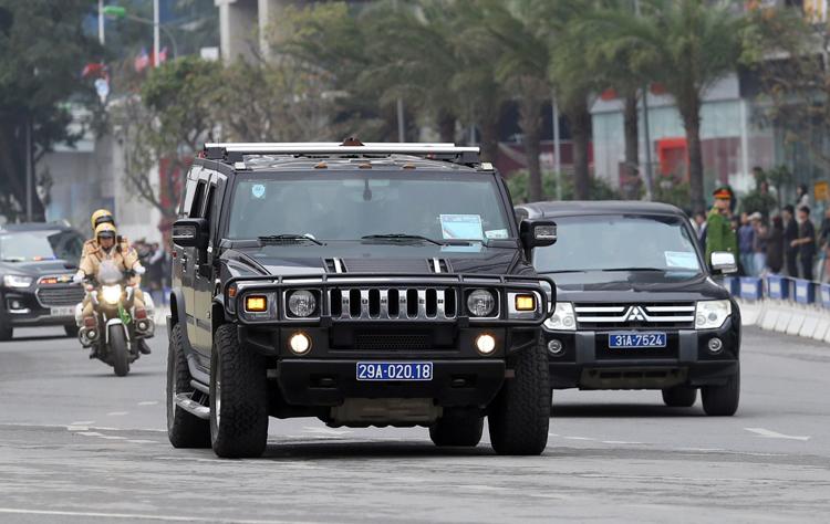 Chiếc SUV off-road mang biển xanh trong đoàn hộ tống Tổng thống Mỹ sáng 27/2 tại Hà Nội. Ảnh: Lương Dũng