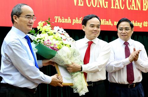 Bí thư Thành ủy Nguyễn Thiện Nhân (trái) tặng hoa cho ông Trần Lưu Quang. Ảnh: Hữu Công.