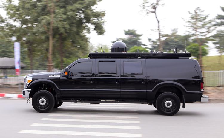 Khi ra khỏi khách sạn Marriot trên đường Đỗ Đức Dục. Roadrunner được phát triển từ bán tải Ford F-series.