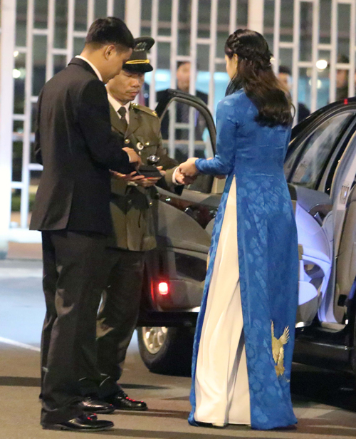 Phương Linh làm thủ ở sân bay Nội Bài để chuẩn bị đón Tổng thống Mỹ tối 26/2. Ảnh: Võ Hải.