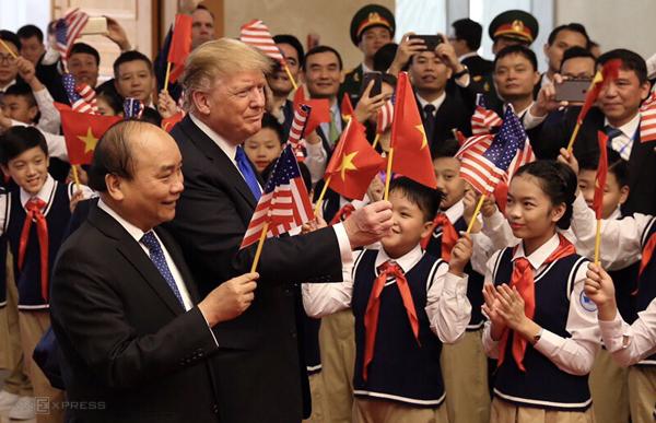 Ông Donald Trump xuống sân bay Việt Nam