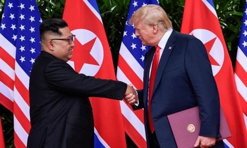 Lãnh đạo Triều Tiên Kim Jong-un (trái) và Tổng thống Mỹ Donald Trump tại hội nghị thượng đỉnh ở Singapore hồi tháng 6 năm ngoái. Ảnh: Reuters.