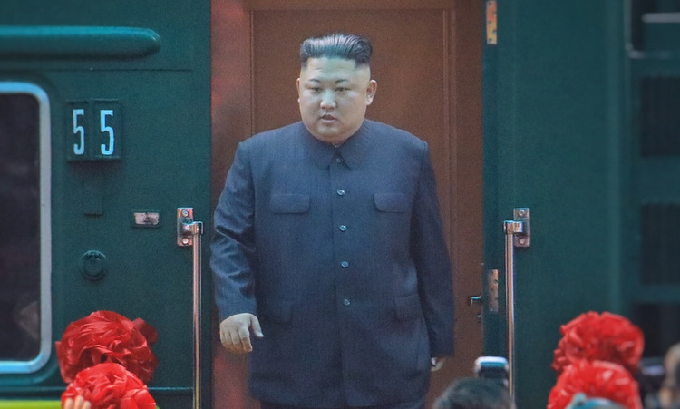 Chủ tịch Triều Tiên rời tàu hỏa tại ga Đồng Đăng hôm 26/2. Ảnh: Hữu Khoa.