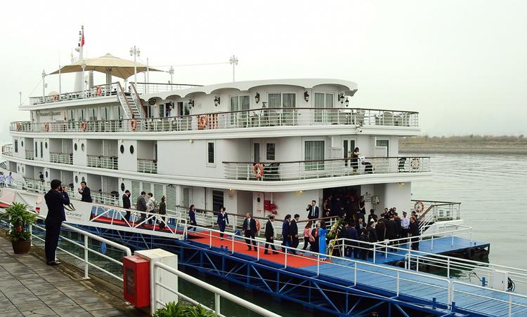 Đoàn lên tàu từ bến cảng Tuần Châu. Ảnh: Minh Cương