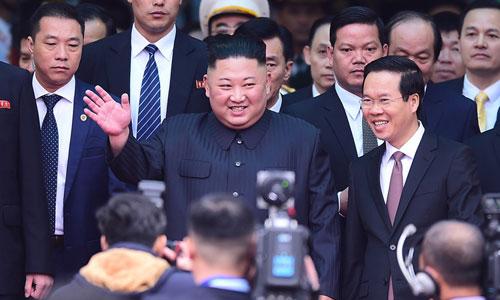 Chủ tịch Triều Tiên Kim Jong-un vẫy tay trước báo giới khi xuống ga Đồng Đăng, Lạng Sơn hôm 26/2. Ảnh: Giang Huy.