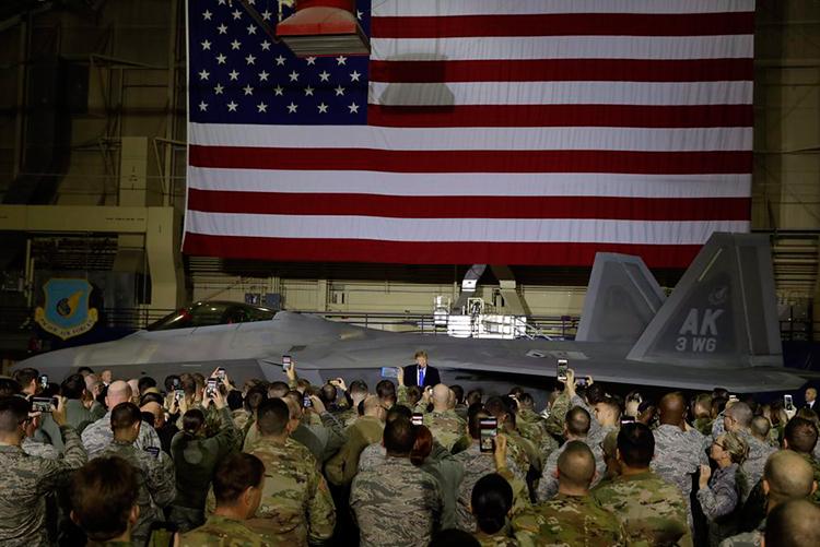 Tổng thống Mỹphát biểu 20 phút trước khoảng 200 binh sĩ ở căn cứ Elmendorf,