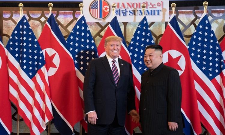 Tổng thống Mỹ Donald Trump (trái) gặp Chủ tịch Triều Tiên Kim Jong-un chiều 27/2 tại Hà Nội. Ảnh: AFP.