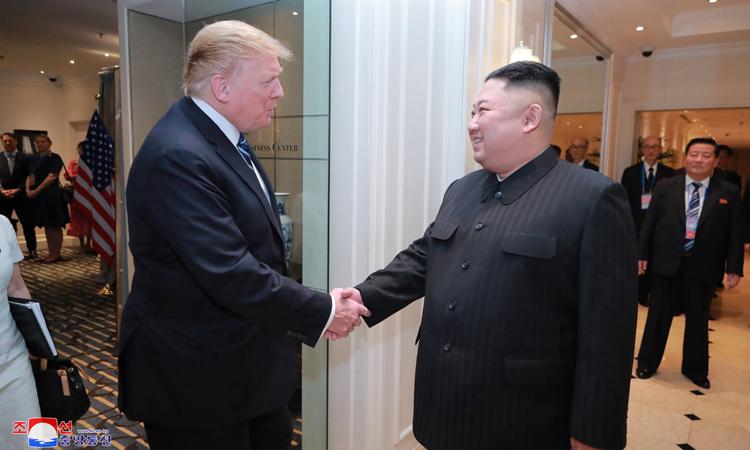 Tổng thống Mỹ Donald Trump (trái) bắt tay Chủ tịch Triều Tiên Kim Jong-un tại khách sạn Metropole, Hà Nội vào ngày 28/2. Ảnh: KCNA/ Reuters.