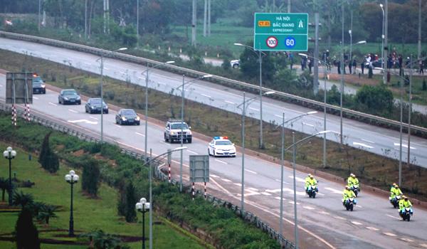 Đoàn xe của Triều Tiên chạy trên quốc lộ 1 ngày 16/2. Ảnh: Lê Anh Tú.