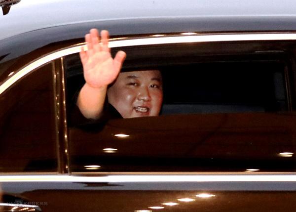 Ông Kim Jong-un vẫy tay chào khi rời Hà Nội sáng nay. Ảnh: Ngọc Thành