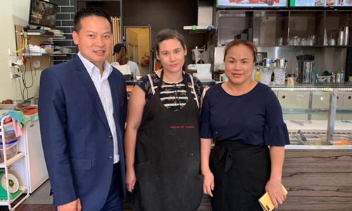 Nghị sĩ Australia gốc Việt Tung Ngo (trái) và chủ tiệm bánh mỳ Như Lan ở thành phố Adelaide. Ảnh: ABC.
