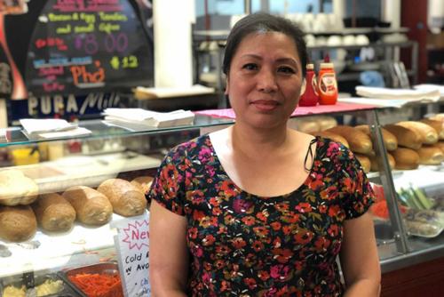Bà Thu Nguyet, chủ một cửa hàng cafe và bánh mỳ ở thành phố Adelaide, Australia. Ảnh: ABC.