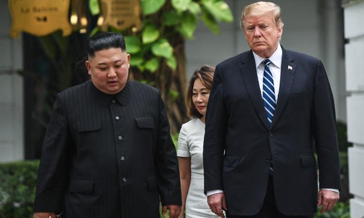 Tổng thống Mỹ Donald Trump (phải) và Chủ tịch Triều Tiên Kim Jong-un đi dạo tại khuôn viên khách sạn Metropole, Hà Nội hôm 28/2. Ảnh: AFP.