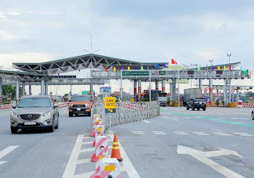 Phương tiện đi làn riêng thu phí không dừng trên cao tốc Hà Nội - Bắc Giang. Ảnh: Anh Duy.