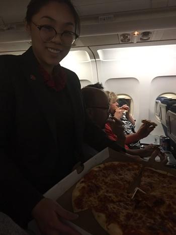 phi-cong-mua-pizza-dai-hanh-khach-mac-ket-tren-may-bay-canada