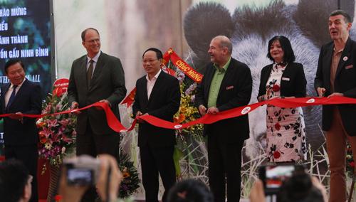 Lễ cắt băng khánh thành Cơ sở Bảo tồn gấu Ninh Bình có sự tham gia của Đại sứ CHLB Đức Christian Berger. Ảnh: Hoàng Lê.