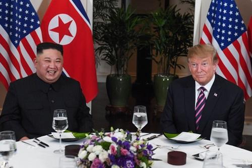 Tổng thống Mỹ Donald Trump (phải) ăn tối cùng lãnh đạo Triều Tiên Kim Jong-un tại Hà Nội hôm 27/2. Ảnh: AFP.