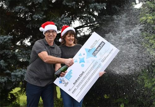 Andrew Clark và bạn gái nhận giải thưởng trị giá gần 100 triệu USD hồi tháng 11/2018. Ảnh: The Sun